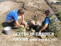 В Чесменском районе силами участников экологического отряда очищаются и благоустраиваются родники.